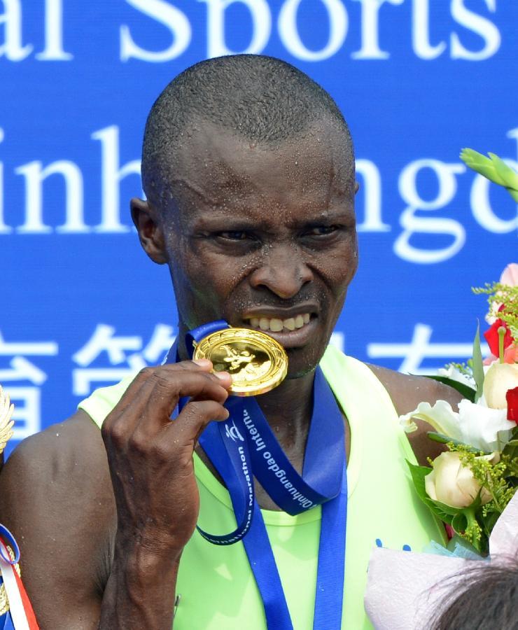 肯尼亚选手夺得2014秦皇岛国际马拉松男子组冠军