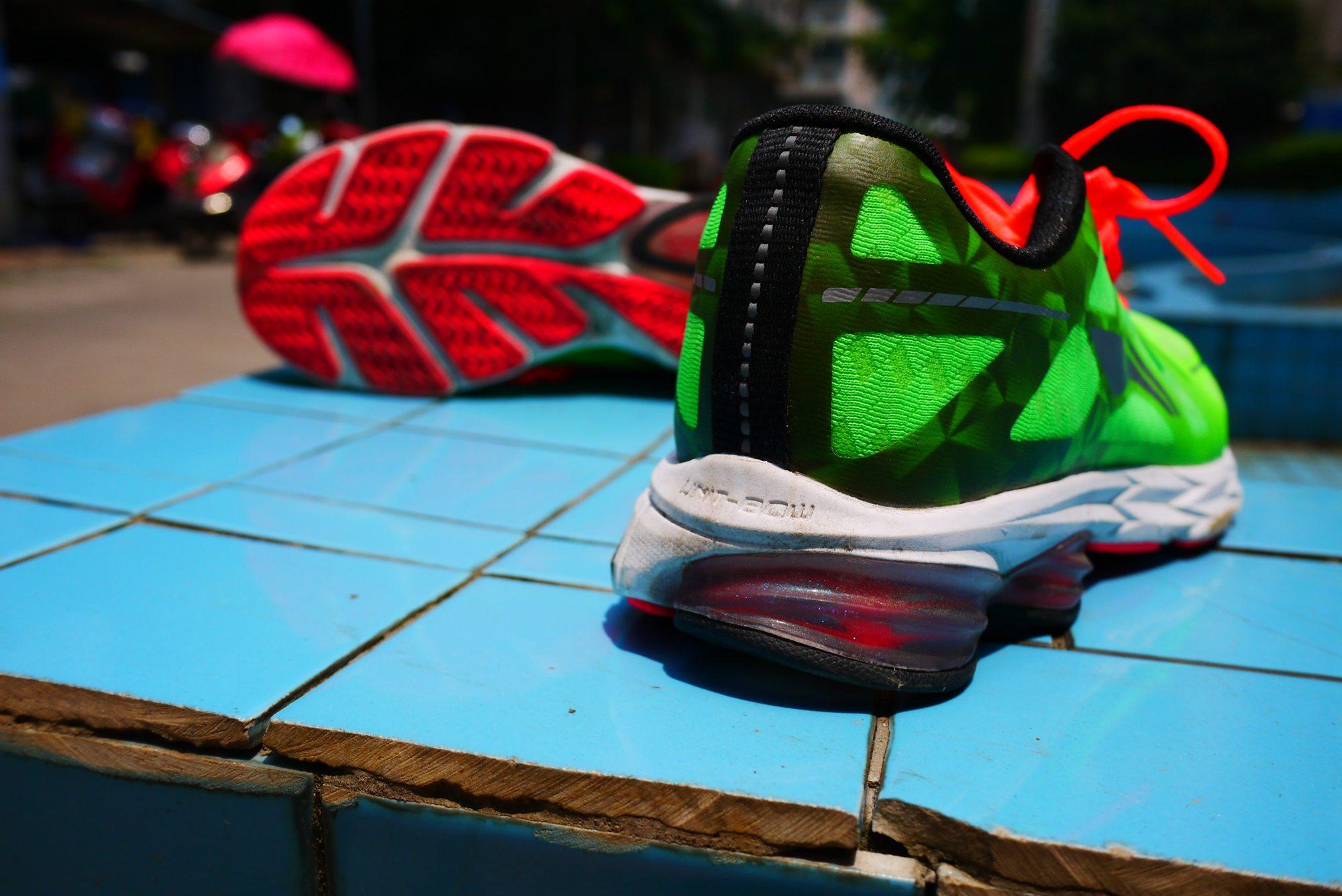 由于测试时间有限,因此这双李宁环弓二代跑鞋只经过三次试跑。分别是十公里慢跑一次,八公里田径场配速跑一次,公园23公里长距离拉练一次。合计试跑了四十公里。  基于鞋的重量及自身特点,可以肯定的是,环弓二代是一双称职的慢跑鞋,从我实际路跑的情况来看,也的确如此。当我以530左右配速行进的时候,这双鞋给我的感觉是非常棒的,脚踝部加厚的设计及弹性三明治帮面让这双鞋包裹性极佳,即便是加宽了的鞋楦让我的前脚掌在奔跑时会在鞋内略有左右移动,但并不影响触地的感觉,反而更能够让双脚在炎热的夏天保持更多的清爽。  从设计意图