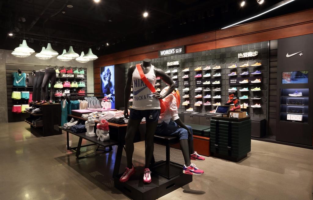 耐克跑步品类体验店坐落于北京著名的时尚潮地三里屯橙色大厅对面。在使馆区及CBD商圈的环绕中,三里屯云集了钟爱跑步且偏年轻化的消费人群。在创新体验及服务方面,跑步专业品类体验店将提供一系列升级版服务,包括通过步态分析为给每一位跑者提供适合自己的跑步装备;为准备参加大型跑步赛事的跑者提供赛前准备知识及系统训练课程,帮助他们成为老练的马拉松跑者。提供针对于女性跑者专属设计的跑步产品以及耐克经典跑步系列复古版运动生活类产品。此外,耐克跑步俱乐部(Nike+ Run Club)将会每周二在这家跑步品类体验店举